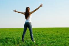 Mujer feliz en el campo verde Imágenes de archivo libres de regalías