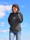 Mujer feliz en el cielo azul Imagenes de archivo