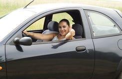 Mujer feliz en el coche Fotos de archivo