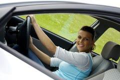 Mujer feliz en el coche imagenes de archivo