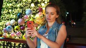 Mujer feliz en el fondo del árbol de navidad y de las palmeras en una ciudad tropical El concepto del viaje del Año Nuevo imágenes de archivo libres de regalías