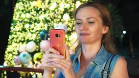 Mujer feliz en el fondo del árbol de navidad y de las palmeras en una ciudad tropical El concepto del viaje del Año Nuevo fotografía de archivo libre de regalías
