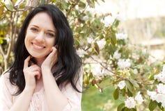 Mujer feliz en el jardín de la primavera fotografía de archivo
