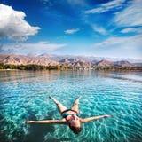 Mujer feliz en el lago Fotografía de archivo