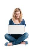 Mujer feliz en el ordenador portátil Imagen de archivo libre de regalías