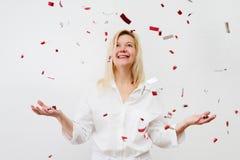 Mujer feliz en el partido de la celebración con el everywhe que cae del confeti Imagenes de archivo