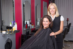 Mujer feliz en el salón de belleza que consigue un corte del pelo Fotografía de archivo