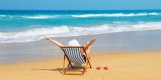 Mujer feliz en el sunhat blanco en la playa Fotos de archivo