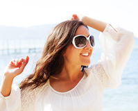 Mujer feliz en el vestido blanco del verano en la playa Fotos de archivo