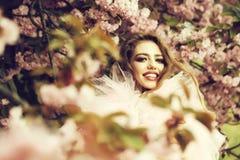 Mujer feliz en flor fotos de archivo