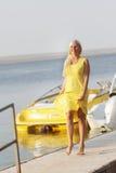 Mujer feliz en fondo de los barcos Imagenes de archivo