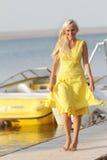 Mujer feliz en fondo de los barcos Fotos de archivo