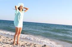 Mujer feliz en fondo del mar Fotografía de archivo libre de regalías