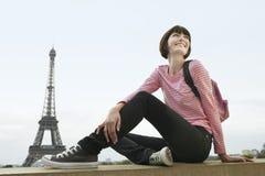 Mujer feliz en Front Of Eiffel Tower Imagen de archivo libre de regalías