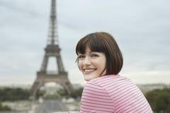 Mujer feliz en Front Of Eiffel Tower Imágenes de archivo libres de regalías