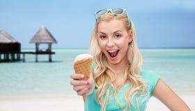Mujer feliz en gafas de sol con helado en la playa Fotos de archivo