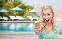 Mujer feliz en gafas de sol con helado en la playa Imagen de archivo libre de regalías
