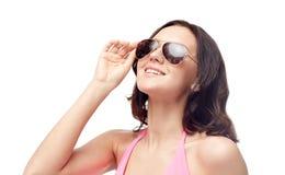 Mujer feliz en gafas de sol y traje de baño Foto de archivo