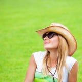 Mujer feliz en hierba verde Imagenes de archivo