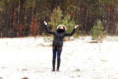 Mujer feliz en invierno Imagenes de archivo
