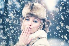 Mujer feliz en invierno de la nieve con amor imágenes de archivo libres de regalías
