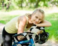 Mujer feliz en la bici de montaña Fotos de archivo libres de regalías
