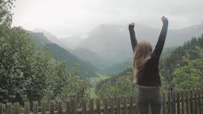 Mujer feliz en la cima del mundo almacen de metraje de vídeo