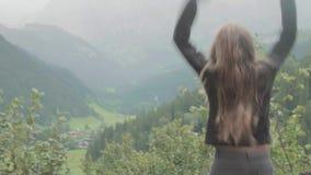 Mujer feliz en la cima del mundo almacen de video