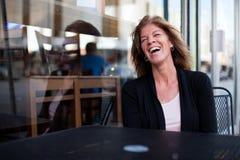 Mujer feliz en la ciudad Imagen de archivo libre de regalías