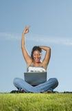 Mujer feliz en la computadora portátil Fotografía de archivo libre de regalías