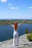 Mujer feliz en la montaña Fotografía de archivo