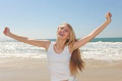 Mujer feliz en la playa fotografía de archivo