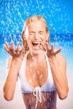 Mujer feliz en la playa del mar Imagen de archivo