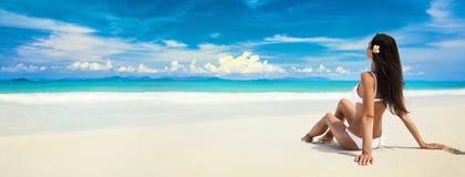 Mujer feliz en la playa del océano Vacaciones de verano imagenes de archivo