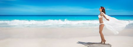 Mujer feliz en la playa del océano Vacaciones de verano fotografía de archivo libre de regalías