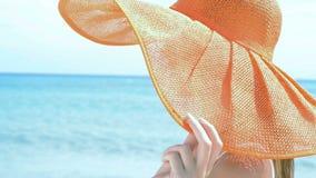 Mujer feliz en la playa en bikini almacen de metraje de vídeo