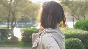 Mujer feliz en la puesta del sol en parque que habla con el novio en primer del amor almacen de video