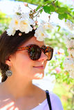 Mujer feliz en la rosaleda Imagen de archivo libre de regalías