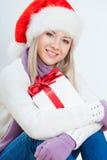 Mujer feliz en la sentada del sombrero de santa Imágenes de archivo libres de regalías