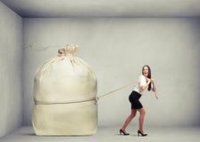 Mujer feliz en la tracción del desgaste formal Imágenes de archivo libres de regalías
