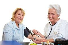 Mujer feliz en la verificación de salud Foto de archivo libre de regalías