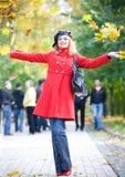 Mujer feliz en lanzar rojo fotos de archivo
