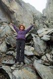 Mujer feliz en las montañas rocosas imagen de archivo libre de regalías