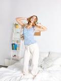 Mujer feliz en los auriculares que se divierten en casa Fotografía de archivo libre de regalías