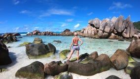 Mujer feliz en los Cocos de Anse metrajes