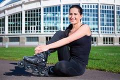 Mujer feliz en los pcteres de ruedas que se sientan en parque Fotos de archivo libres de regalías