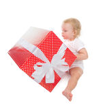 Mujer feliz en muchacha sonriente del sombrero de Papá Noel de la Navidad en backgroun rojo Imágenes de archivo libres de regalías