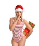 Mujer feliz en muchacha sonriente del sombrero de Papá Noel de la Navidad en backgroun rojo Imagen de archivo