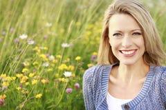 Mujer feliz en naturaleza Foto de archivo