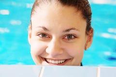 Mujer feliz en piscina Fotos de archivo libres de regalías